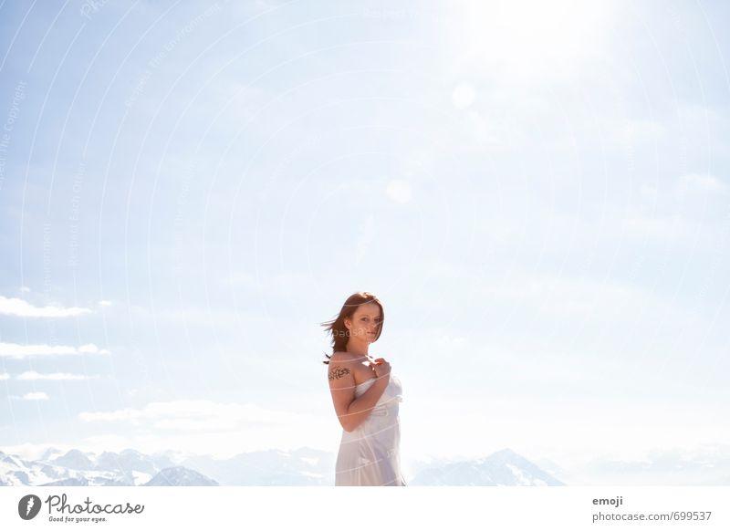 sky feminin Junge Frau Jugendliche 1 Mensch 18-30 Jahre Erwachsene Umwelt Natur Himmel Wolkenloser Himmel Sonne Sonnenlicht Schönes Wetter hell blau weiß