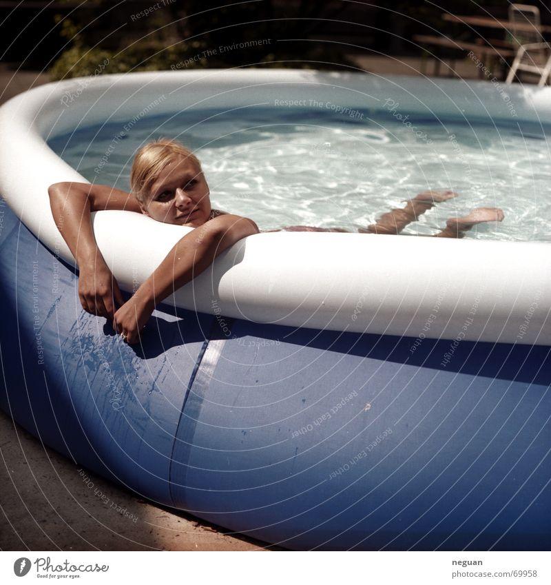 pool relax Erholung Wasserbecken Schwimmbad Luft Sommer Romantik Frau blond aufblasbarer pool Mensch Schwimmen & Baden