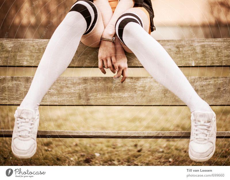 I was a teenage Teenager feminin 1 Mensch 13-18 Jahre Kind Jugendliche Park Mode Strümpfe Accessoire Turnschuh Holz sitzen retro sportlich Klischee grün orange