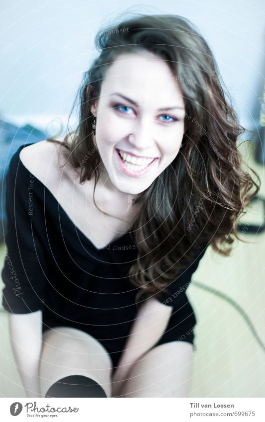 blue eyed Bandit schön feminin 1 Mensch 18-30 Jahre Jugendliche Erwachsene brünett ästhetisch lustig positiv Wärme blau schwarz weiß Lächeln lachen Ehrlichkeit