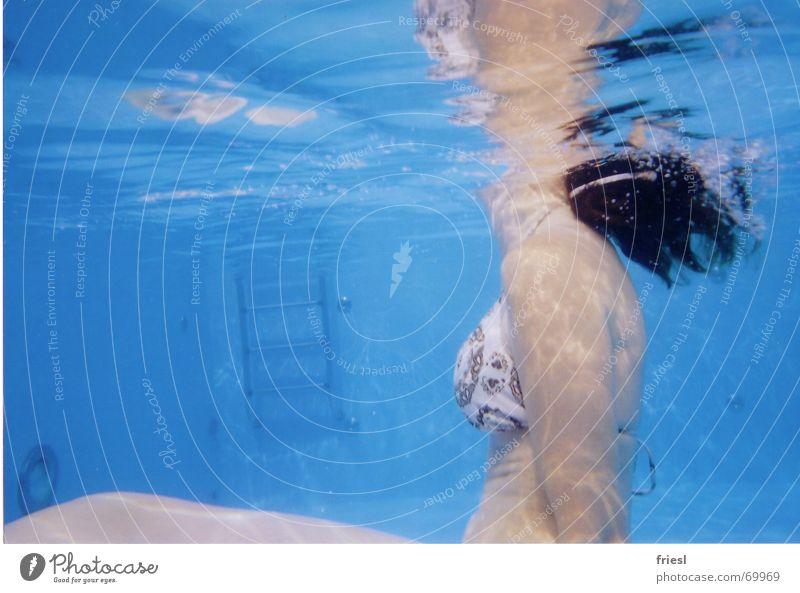 Kopfüber Frau Wasser blau Spielen Haare & Frisuren Körper nass Schwimmbad Brust Schwimmen & Baden Bikini Seite Leiter
