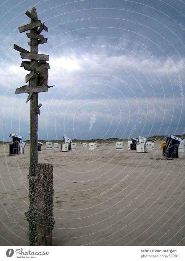 Wo wenn nicht hier Meer Unwetter Strand Wolken grau Natur Strandkorb Holz Richtung weiß gelb rot Wege & Pfade Regen Gewitter blau rain sea blue Sand Wasser