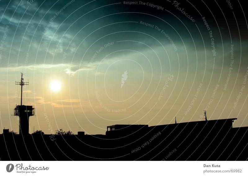 Am Ende des Horizonts Himmel Sonne blau schwarz Wolken gelb dunkel Wasserfahrzeug orange Horizont bedrohlich Turm Vergänglichkeit Gewitter Marine unheilbringend