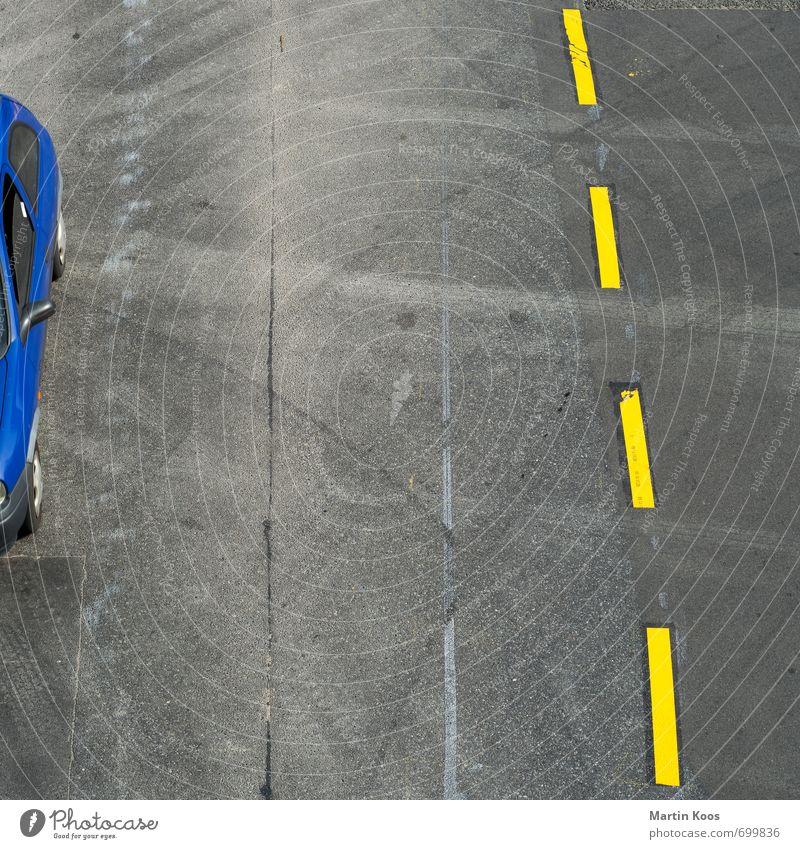 Einzelgänger_in | Abfahrt blau gelb Straße grau PKW dreckig Verkehr Baustelle Asphalt Verkehrswege Quadrat Verkehrsmittel Verkehrsschild Verkehrszeichen