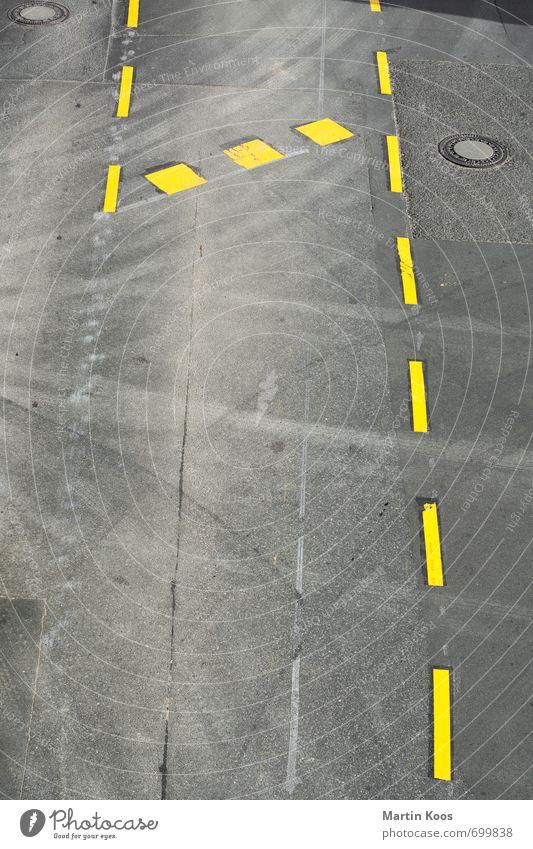 Spur 1 Stadt Straße Wege & Pfade Verkehrszeichen Verkehrsschild PKW Stein Beton Ziffern & Zahlen alt neu gelb grau Asphalt Farbfoto Muster Strukturen & Formen