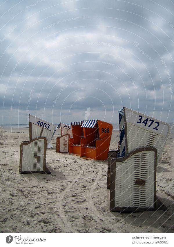 himmelhoch jauchzend Strand Strandkorb Meer Einsamkeit See ruhig weiß Richtung einladend Natur Wetter Wind Gewitter Regen Wasser Stimmung orange blau Sand Linie
