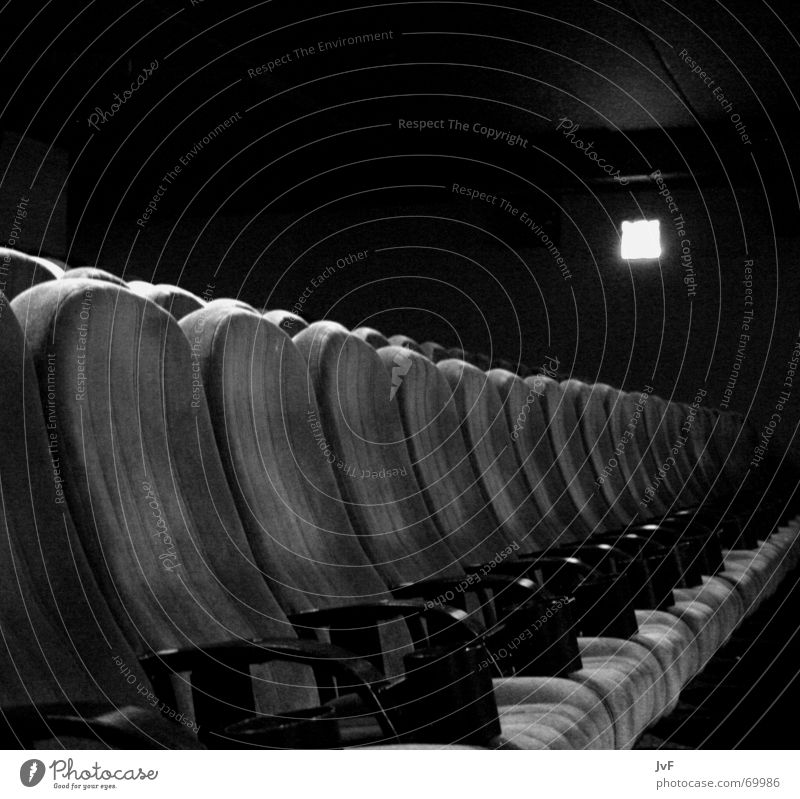 das ende der vorstellung Kino Sessel Sitzreihe Kinosessel ruhig Filmindustrie schwarz weiß Platz Gast blockbuster leer Sitzgelegenheit Show Ende Elektrizität