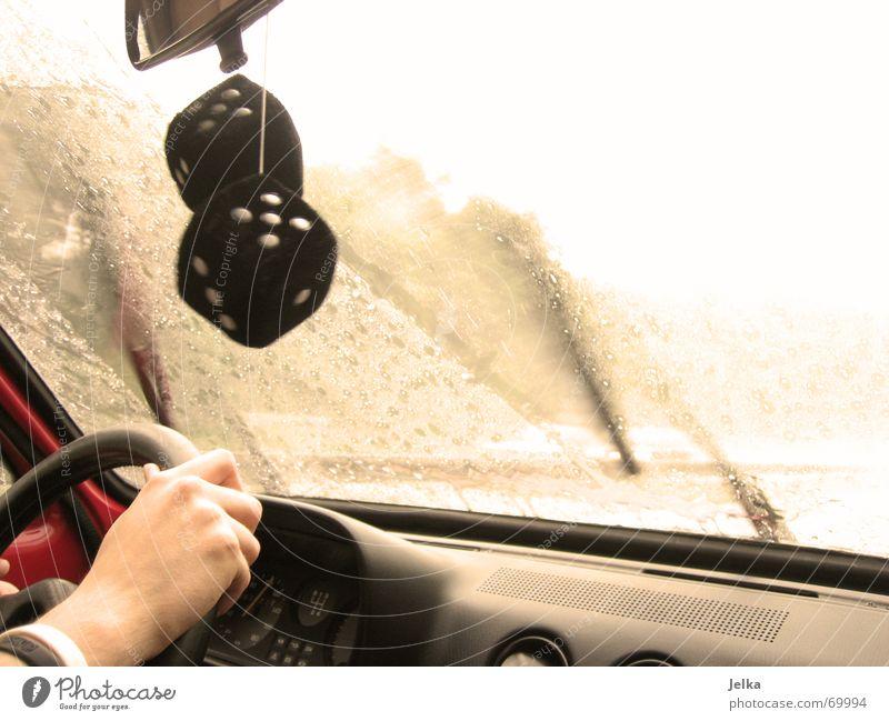 Gruß vom Wischer Hand PKW Regen Wetter Glas Würfel Wassertropfen Finger Güterverkehr & Logistik Spiegel Mobilität führen Fensterscheibe gießen Oldtimer Vorderseite