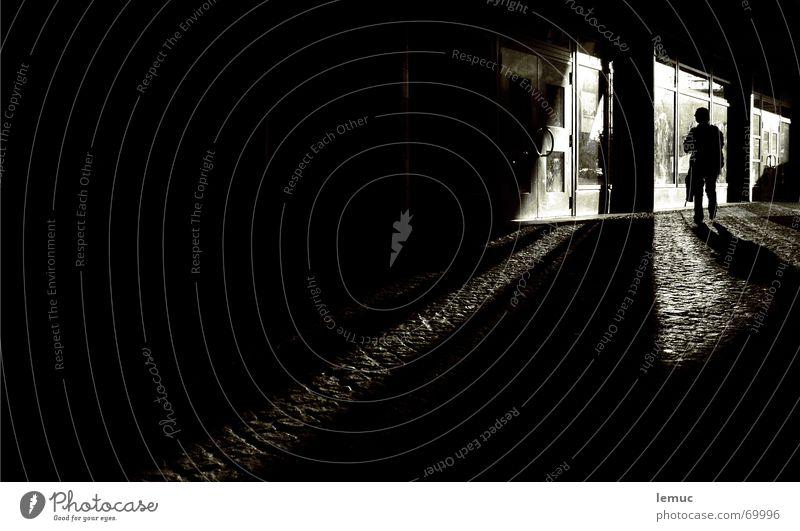 tagnachtgang dunkel Nacht schwarz Licht Reflexion & Spiegelung Schaufenster Stadt Durchgang weiß Graffiti Mensch Schatten night Silhouette dumm