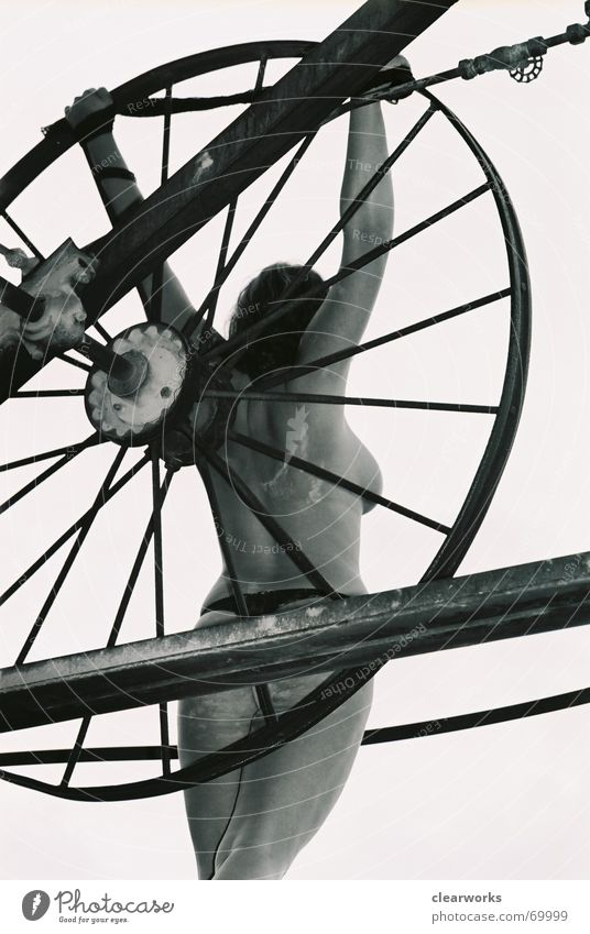 lost Frau feminin nackt Fahrrad Perspektive Körperhaltung Industriefotografie Akt Frauenkörper Weiblicher Akt