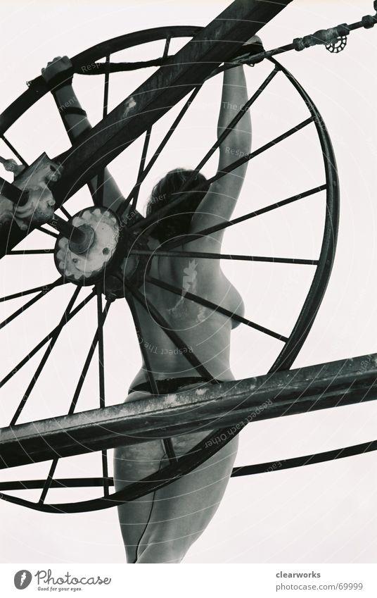 lost nackt Frau Körperhaltung Akt Schwarzweißfoto Industriefotografie Perspektive Fahrrad Weiblicher Akt feminin Frauenkörper