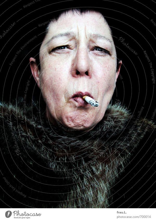 Voilà! Frau Erwachsene Weiblicher Senior Gesicht 1 Mensch 60 und älter Pelzmantel Fell schwarzhaarig kurzhaarig Rauchen alt einzigartig Laster Lust Drogensucht