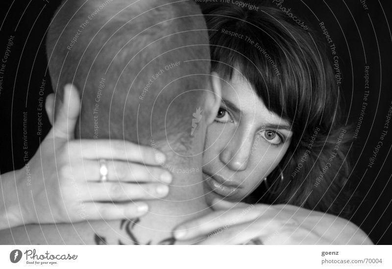 Halt suchen Frau Mann schwarz weiß festhalten Hand Zusammenhalt Zusammensein Schwarzweißfoto Haut Paar Liebe Umarmen tatoo Auge Blick Liebespaar Partnerschaft