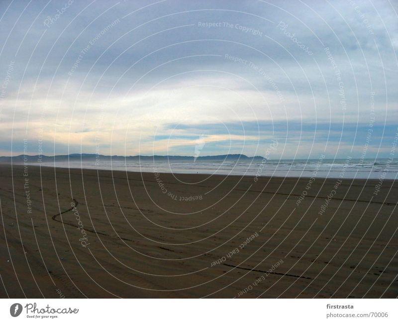 Deep Blue Neuseeland Winter Strand Ostküste Wolken Australien + Ozeanien Denken Erholung Ferien & Urlaub & Reisen Reifenspuren Fußspur Möwe Vogel Nebel Gischt