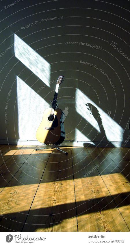 Gitarre Gitarrenständer Saiteninstrumente Licht Fensterkreuz guitar Einsamkeit Schatten kottke? satriani? bungo hat keine ahnung 16:9