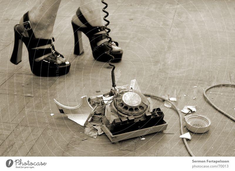 emily's fetisch XVIII Frau alt Haus Gefühle Fuß Schuhe kaputt Telefon Bodenbelag Kabel Telekommunikation Fabrik Wut schreien Zerstörung Liebeskummer