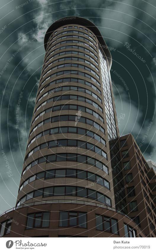 Architekturm Hochhaus dunkel Wolken Licht Froschperspektive kalt Vlissingen Niederlande Zeeland Küste modern Turm Wetter
