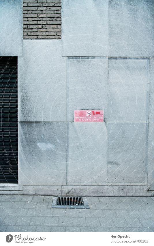 Verboden Fietsen te plaatsen Stadt rot Haus Wand Mauer Gebäude grau Stein trist Schilder & Markierungen Schriftzeichen Hinweisschild Fahrradfahren Bauwerk