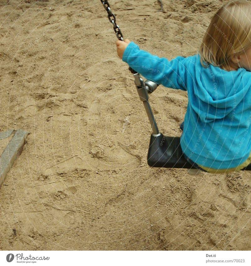 swing I Freude Spielen Kindergarten Kleinkind Kindheit 1 Mensch 1-3 Jahre Sand Park Spielplatz blond Fußspur Bewegung festhalten schaukeln blau