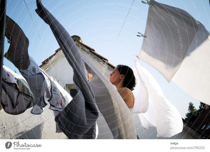 fleißig wie eh und je Mensch Frau Erwachsene Leben Gefühle Lifestyle Häusliches Leben Wind Schönes Wetter Sauberkeit trocken rein hängen Wäsche waschen anstrengen Wäsche