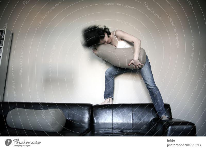 sportlich | Luftguitarre Lifestyle Stil Freude Freizeit & Hobby Spielen Häusliches Leben Sofa Wohnzimmer Party Tanzen Headbangen Frau Erwachsene Körper 1 Mensch