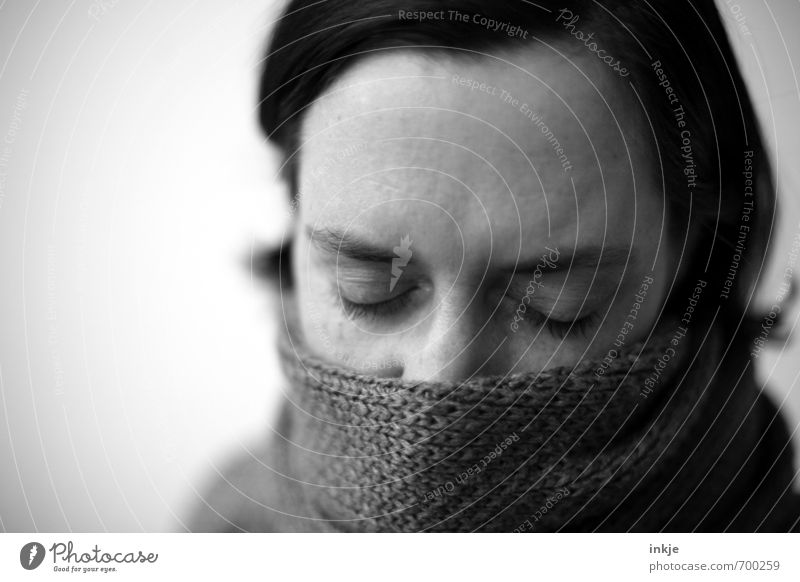 hör dir doch endlich mal zu Lifestyle Stil Gesundheit Krankheit ruhig Frau Erwachsene Leben Gesicht 1 Mensch 30-45 Jahre Schal schwarzhaarig Erholung träumen