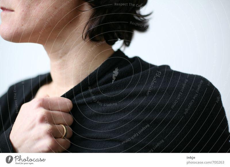 Die kalte Schulter Mensch Frau Hand schwarz Erwachsene Leben Traurigkeit Gefühle Stil Stimmung Mode Bekleidung festhalten Ring frieren