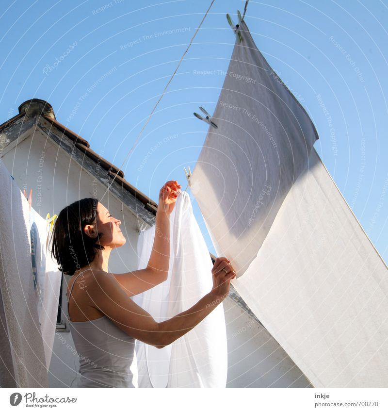 fleißig... Mensch Frau Erwachsene Leben Lifestyle Häusliches Leben Ordnung authentisch frisch Schönes Wetter Dach Sauberkeit rein Wolkenloser Himmel hängen