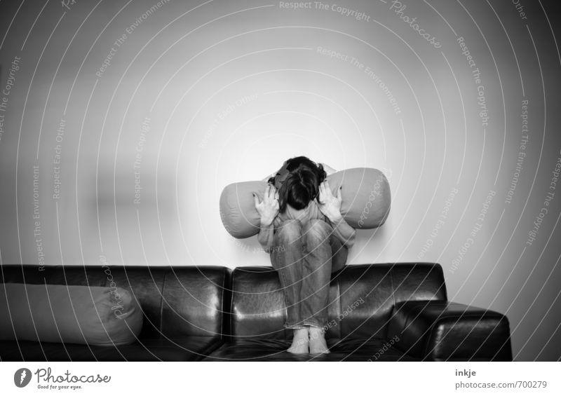 *festhalten* Lifestyle Häusliches Leben Sofa Wohnzimmer Frau Erwachsene Körper 1 Mensch 30-45 Jahre hocken Traurigkeit warten Gefühle Langeweile Sorge Unlust