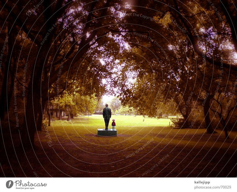 kleine frau und grosser mann Park Herbst Handy-Kamera Bronze Mann Statue Pankow Waldlichtung bewegungslos Leben dunkel Gefühle Familie & Verwandtschaft