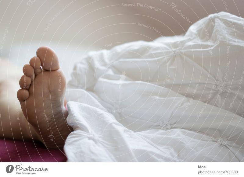 sonntag früh weiß Fuß liegen schlafen Bett Bettwäsche