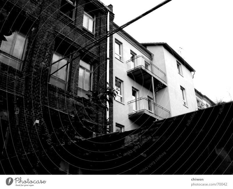 alt und neu Himmel weiß Haus schwarz Fenster dreckig Wohnung Industriefotografie Kabel Dach Sauberkeit Häusliches Leben Idylle Balkon