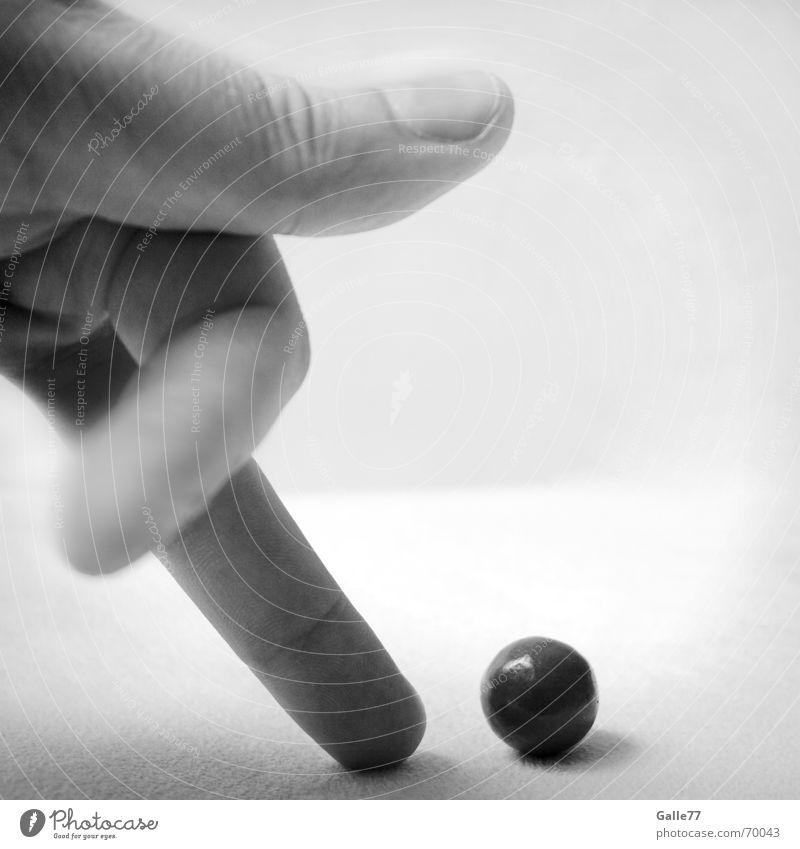 Fingerspiele Hand weiß schwarz Spielen Finger Ball Tor Dynamik Schokolade Nuss Schuss schießen treten Tür Haselnuss