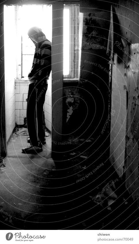 stand alone complex Mensch alt weiß schwarz Einsamkeit Raum dreckig Industriefotografie stehen Streifen Toilette Typ Leipzig fließen Kapuze kuschlig