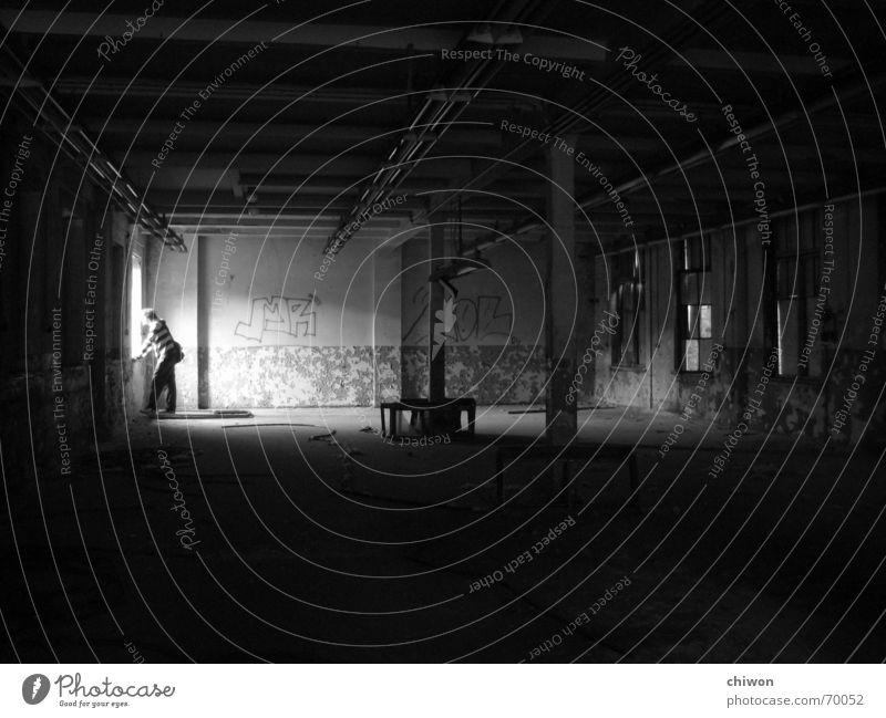 kaspar hauser Fenster schwarz weiß dunkel Leipzig Licht Industriefotografie Lagerhalle Raum Einsamkeit melacholie dreckig Typ Mensch analog fernseher