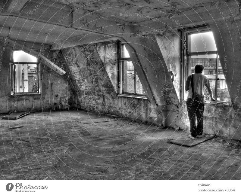 mietfrei wohnen schwarz weiß Leipzig Abrissgebäude Wohnung Fenster Lampe kaputt unordentlich Möbel Innenarchitektur Mann Tasche Einsamkeit Aussicht Plagwitz