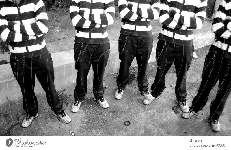 die 4 lustigen 5 weiß schwarz Zusammensein stehen Bodenbelag Streifen Sportmannschaft Gesellschaft (Soziologie) gestreift Identität langsam Türsteher