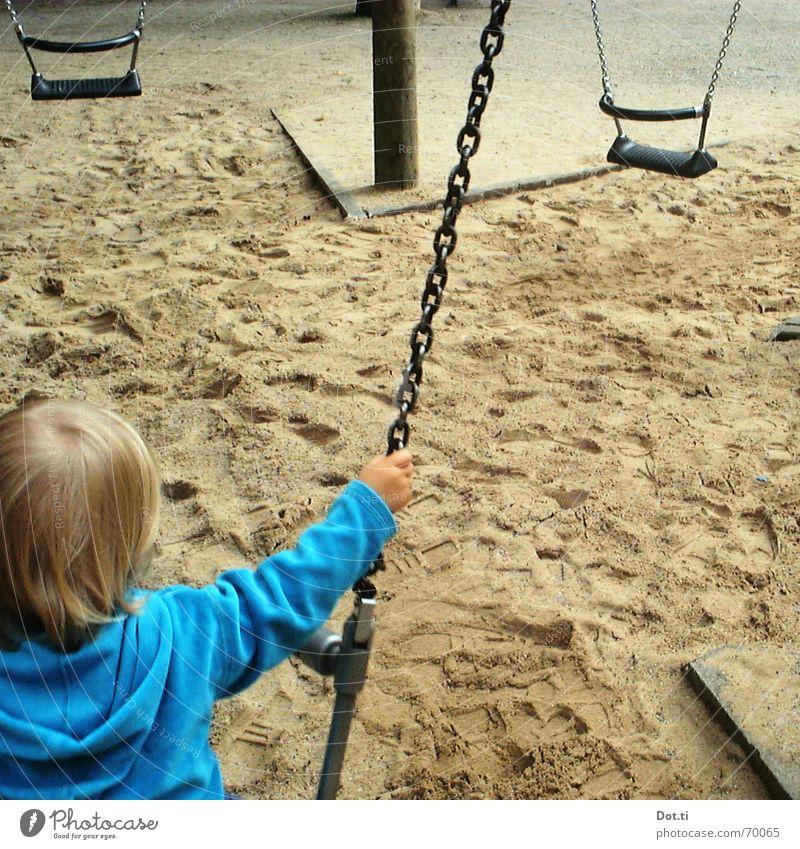 swing II Spielplatz Kind Kleinkind festhalten Park türkis Kapuzenpullover blond Fußspur diagonal Freude Erde Sand Schaukel Flügel höher! anschubsen Kette