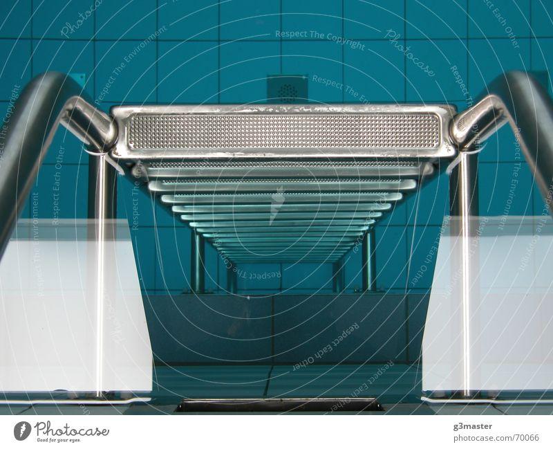 Ab in die Tiefe Schwimmbad Chrom Reflexion & Spiegelung Symmetrie Leiter Wasser blau Fliesen u. Kacheln stahlrohr