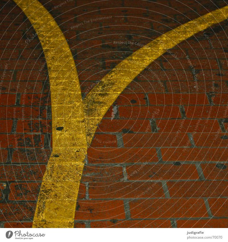 Ypsilon gelb Straße Wege & Pfade Linie orange dreckig Schilder & Markierungen Bodenbelag Buchstaben Spuren Backstein Typographie Richtung Fuge Pflastersteine