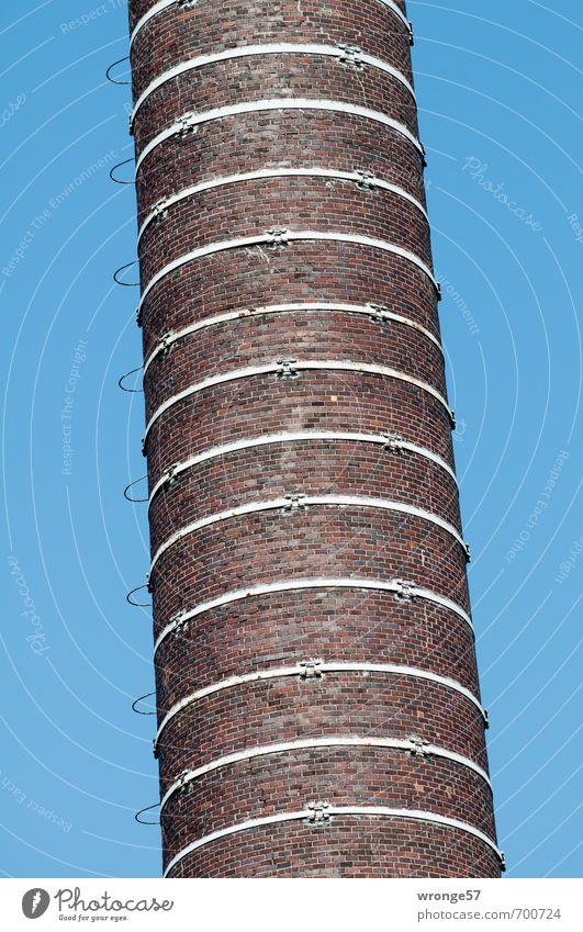 Irritation Energiewirtschaft Kohlekraftwerk Schornstein alt hoch nah blau braun Industrieanlage industriell Heizkraftwerk Neigung Illusion Mauer Backstein