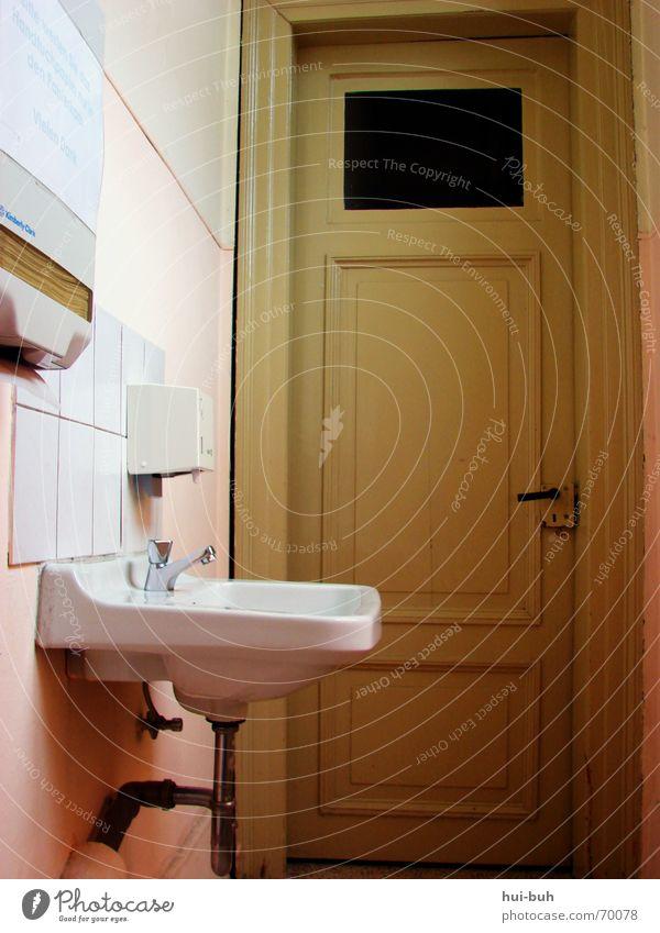 klo ohne klo Waschbecken Papier Spender Ruine Bauschutt Eimer Fenster Licht fließen Wasserhahn Griff Toilette Raum Tür alt old door room hoch abfal Decke