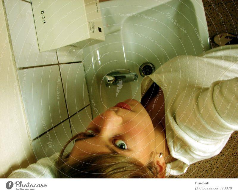 klofrau Hand Haare & Frisuren Schuhe Arme Bodenbelag Toilette Raubkatze Kasten Lautsprecher Pullover Gesichtsausdruck ausdruckslos Putz Interesse fließen