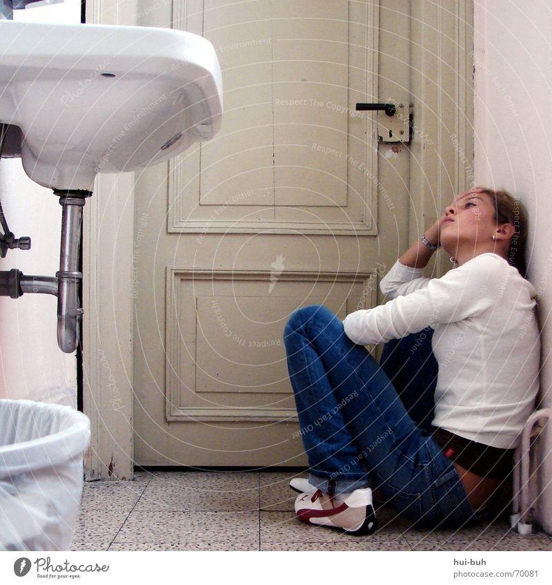 eingeschlossen Waschbecken Verzweiflung Eimer Müll fließen Griff erdrücken eng klein Entsetzen erschrecken Angst gefährlich Burg oder Schloss Tür schreien room