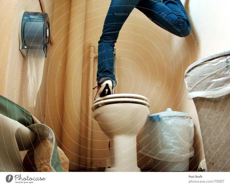 verdreht Tasche Papier Müll Müllbehälter Hose Schuhe Putz virtuell dünn klein unten Toilette klodeckel Gully scuh verrückt drehen lustig Beine Bodenbelag hoch