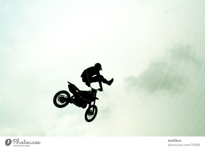 jump arround Motorrad Fahrzeug springen hüpfen Freestyle Motorradfahrer kunstspringen motorcross Sport Himmel Rennsport motorcycle heaven