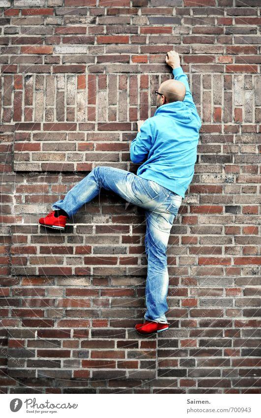 urban climbing Mensch Jugendliche Mann blau Stadt rot 18-30 Jahre Erwachsene Wand Bewegung Sport Mauer außergewöhnlich Fassade maskulin Körper