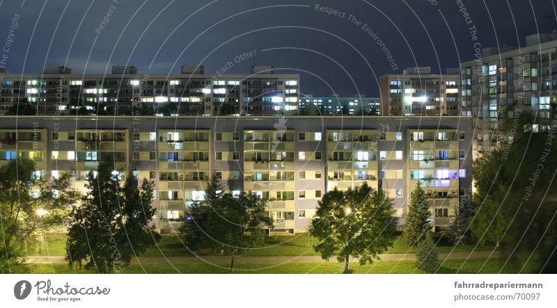 Genossenschaft Dresden Nacht Haus Licht Straßenbeleuchtung Baum Neubau Sanieren Block Fenster Balkon grün ruhig Wohnung Langzeitbelichtung Außenaufnahme