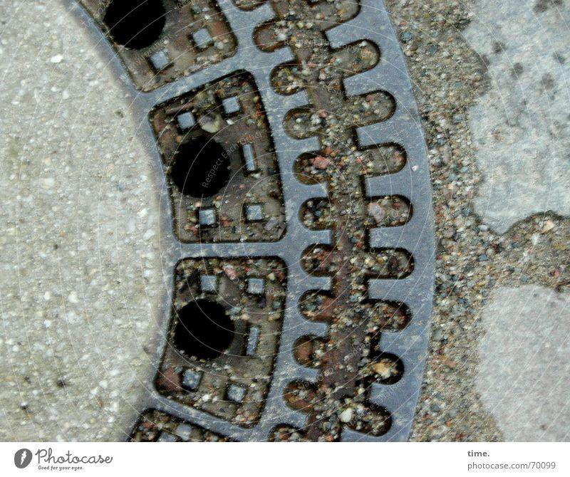 Ein Tor zur Unterwelt [I] Straße Beton trist Eisen abwärts nachhaltig Gully Alltagsfotografie Untergrund London Underground nützlich Kanalisation