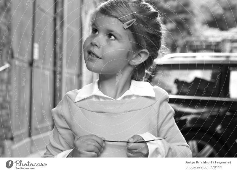 Kleiner Schelm Mädchen Freundlichkeit süß zierlich Junge Kindergarten Heidi Zopf verträumt offen Porträt Außenaufnahme Gebäude süsse maus Prinzessin Fee Auge